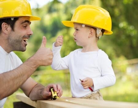 Vater und Sohn bauen einen Hasenstall selbst